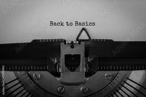 Fotografia  Text Back to Basics typed on retro typewriter