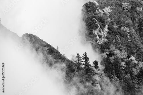 Plakat Czarny i biały fotografia Halni szczyty w chmurach, widok od Mont Hochfelln, Bawarscy Alps, Niemcy