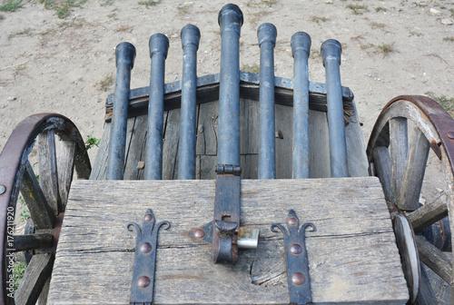 Plakat Ribauldequin, znany również jako rabauld, ribault, ribaudkin, infernal machine or organ gun, był późnośredniowiecznym pistoletem do siatkówki z wieloma drobnymi kaliberami. Broń palna wielokrotnego cylindra.