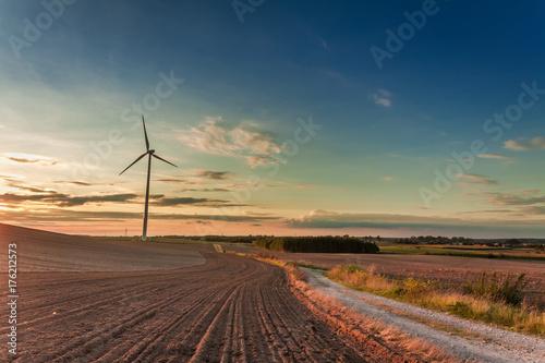 Zdjęcie XXL Niesamowity zmierzch w polu z turbiny wiatrowej jesienią