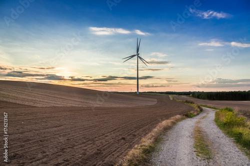 Zdjęcie XXL Piękny zmierzch przy polem z silnikiem wiatrowym w jesieni