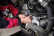 Automechaniker bei der Arbeit, Autowerkstatt