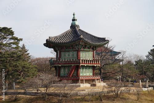 Zdjęcie XXL Seul - 25 grudnia 2016: Patrząc na Pałac Kyeongbok po stronie. (Seul, Korea) [Seul-25 grudnia 2016: Oglądanie Gyeongbokgung Hyangwonjeong z boku. (Korea Południowa, Seul)]