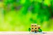 Leinwanddruck Bild - 住宅模型と緑ぼかし背景