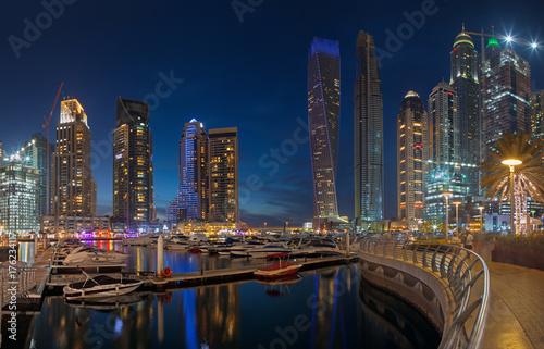 Fototapeta DUBAJ, UAE - MARZEC 25, 2017: Wieczór Marina góruje.