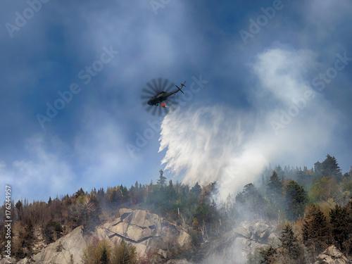 Plakat Pożarnictwa helikoptera zrzut woda na ogieniu na górze