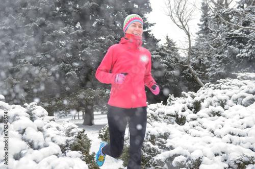 Zdjęcie XXL Zima bieg w parku: szczęśliwy aktywny kobieta biegacz jogging w śniegu, plenerowym sporcie i sprawności fizycznej pojęciu ,.