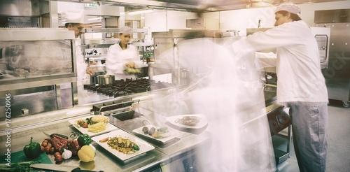Fotografía  Chefs busy at work