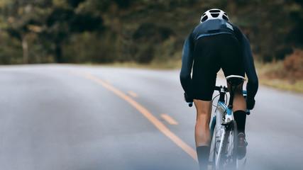 Biciklist povećao brzinu sprintom.