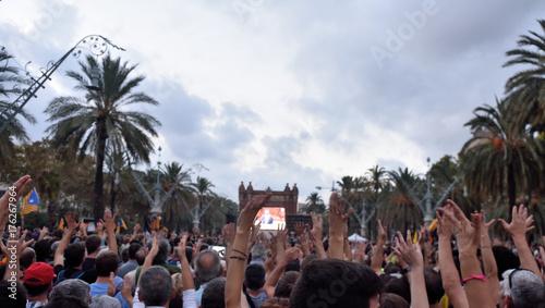 Plakat Katalońscy politycy rozczarowali mieszkańców Katalonii, 10 października 2017 r., Manifestacja (Passeig del President Lluis Companys) Barcelona, Hiszpania