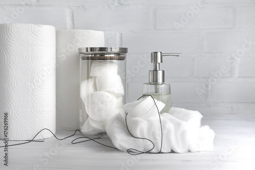 Fotografía  Paper towel, paper tissue, cosmetic product, cotton pads and cotton wool - hygienic disposable products - concept of body care and cosmetic products