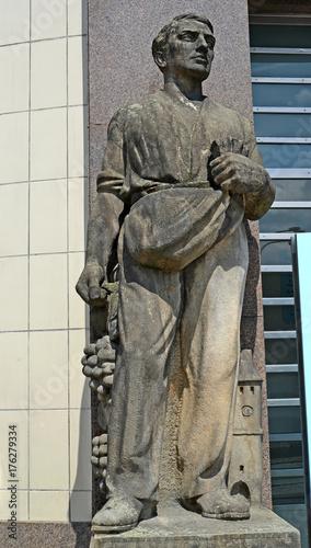 Plakat MELNIK, REPUBLIKA CZESKA. Rzeźba siewcy w budynku