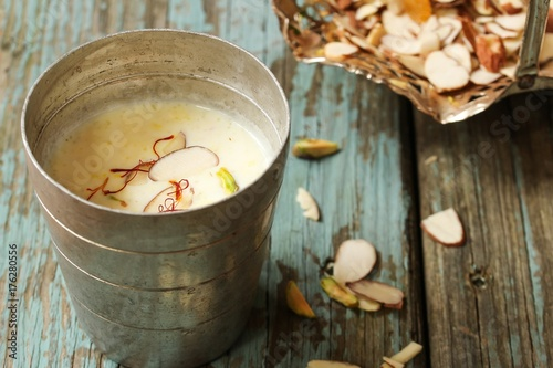 Photo  Almond Saffron Milk / Badam Kheer son rustic wooden background, selective focus