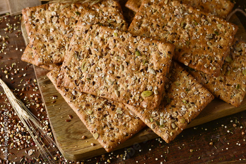 Photo brown crackers topped with seeds