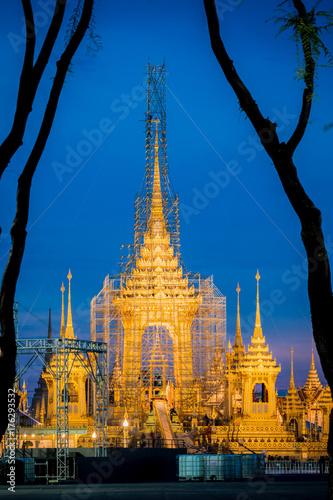 Zdjęcie XXL Budowa Jego Królewskiej Mości późny królewiątko Bhumibol Adulyadej Królewski pogrzebowy stos przy zmierzchem, Bangkok, Tajlandia.