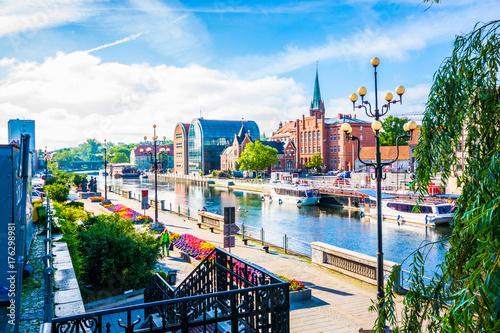 Obraz Stare Miasto i spichlerze nad rzeką Brdą. Bydgoszcz, Polska - fototapety do salonu