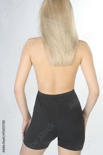 Plakat Piękna seksowna kobieta w sportach thermolinen bieliznę odizolowywającą na popielatym tle zostaje z powrotem. Bezzębny, w spodniach