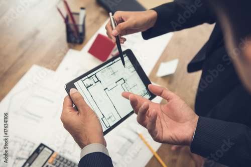 Photo Real estate agent with client or architect team checking a housing model and its