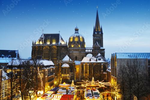 Weihnachtsmarkt in Aachen mit Dom Wallpaper Mural