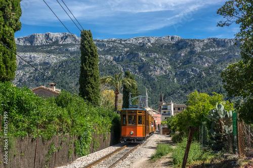 Zdjęcie XXL Rocznika tramwaj w Soller Majorca, Mallorca wyspa, Balearic wyspy, Hiszpania. Góry piękny krajobraz