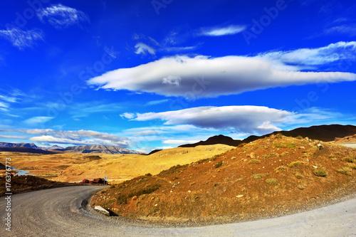 Fototapeta Droga gruntowa między wzgórzami
