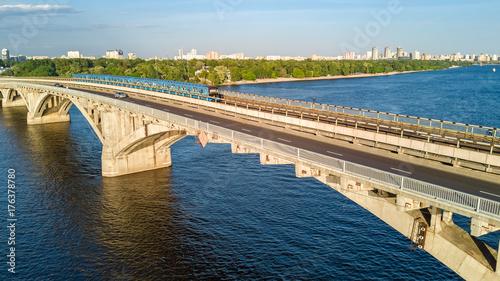 Plakat Powietrzny odgórny widok metro kolejowy most z pociągiem i Zaporoską rzeką od above, linia horyzontu miasto Kijów, Ukraina