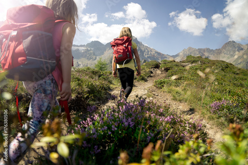Kinder wandern mit Rucksack im Gebirge. Fototapeta
