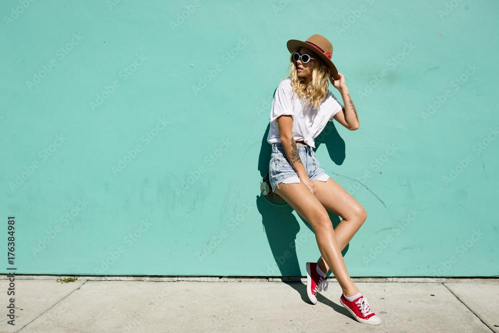 Fototapeta fashionista girl standing in the backstreet.