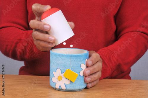 Personne mettant des sucrettes dans sa tasse de thé Canvas Print