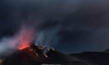 Vulcano Stromboli Con Fumo E Mare Sullo Sfondo