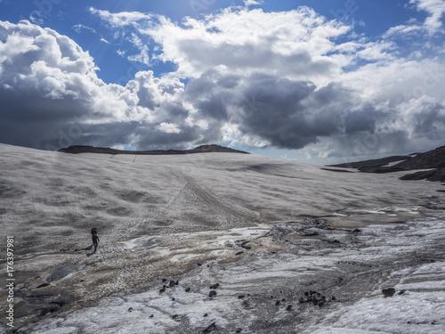 Zdjęcie XXL Ścieżka z wulkanu do oceanu przez śnieżne pola