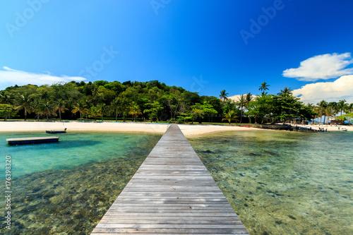 Widok z drewnianego mostku na wyspę tropikalną