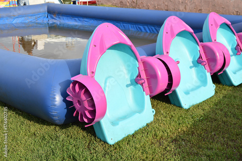 Foto  Interesting entertainment for kids - children's pool with boats, outdoor copy sp