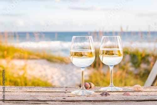 Fotografía  Wine at the beach with sea shells
