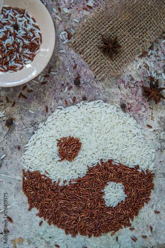 Plakat Ryżowy yin i Yang pojęcie. Czerwony i biały ryż widok z góry