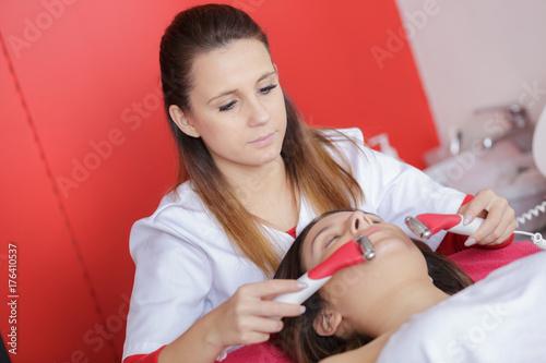 Plakat młoda kobieta otrzymująca leczenie laserem