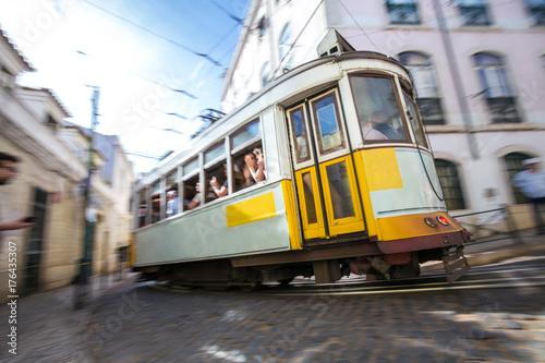 Plakat przyspieszenie zabytkowego tramwajem Lizbony Portugalii