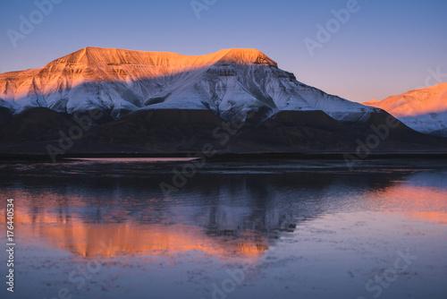 Plakat Krajobraz natury różowy zachód słońca w górach oceanu odbicie Spitsbergen Svalbard w pobliżu norweskiego miasta Longyearbyen