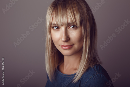 Foto Closeup portrait of beautiful young middle age blonde Caucasian woman looking in camera
