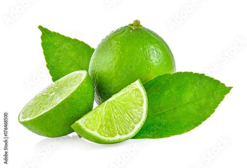limonki-i-dwa-liscie-miety-na-bialym-tle