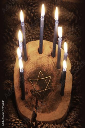 Zdjęcie XXL Widok z przodu drewnianego kłody Menorah Chanuka z inicjałem drutu Star of David, zapalone świece