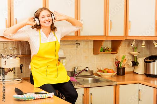 Zdjęcie XXL Szczęśliwa gospodyni domowa w domu