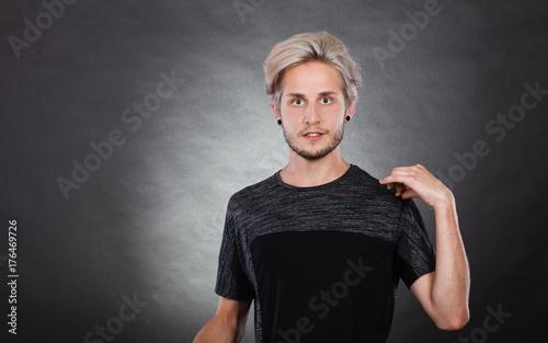 Plakat Portret młodego mężczyzny z stylowe fryzury