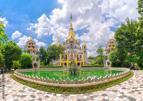 Zdjęcie XXL Ho Chi Minh miasto Wietnam, Październik, - 8th, 2017: Buu Długa pagoda z ładną architekturą. To uważało cud świata. Spokojne miejsce do uspokojenia umysłu i duszy w Ho Chi Minh City w Wietnamie