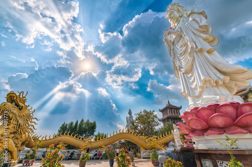 Zdjęcie XXL Dong Nai Wietnam, Październik, - 8th, 2017: Bodhisattva architektura w świątynnym popołudniu z słońcem przez chmury tworzy pomyślnego Buddha. Spokojne miejsce, aby uspokoić umysł i duszę w Dong Nai w Wietnamie