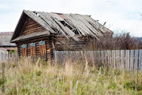Plakat stary, opuszczony drewniany dom