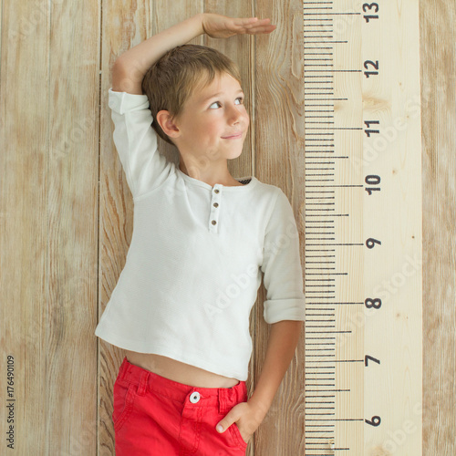Fotografía  Measuring the growth of a child