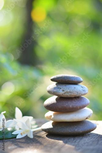 Zdjęcie XXL Zen kamieni zdrój z naturalnym zielonym tła vertical.