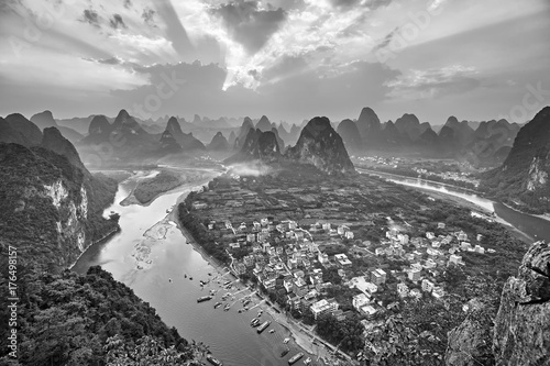 Photo  Black and white picture of Li River at sunset seen from Lao Zhai Shan, Xingping, China