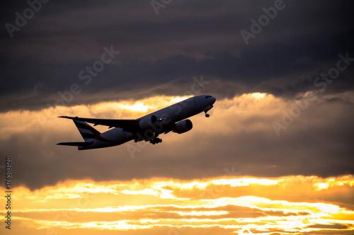 Silhouette of airplane at sunset Billede på lærred